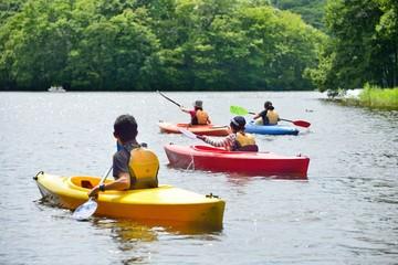 夏の湖・カヌーを楽しむファミリー