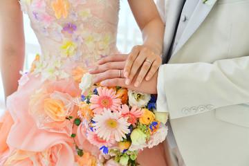 結婚指輪をして手を取り合う史郎新婦