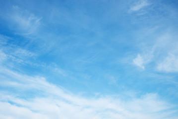 blauer Himmel mit leichten Schleierwolken und Copy Space
