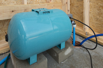 Hydrophore or water tank equalizing the pressure