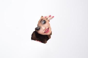 Mulher espionando pelo buraco