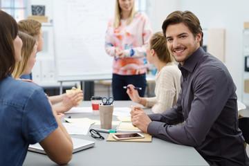 geschäftsmann in einem meeting mit kollegen am arbeitsplatz
