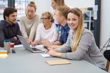 kreatives junges team arbeitet im büro