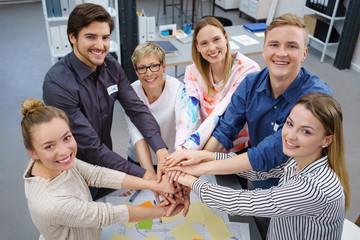 teilnehmer einer schulung halten die hände zusammen