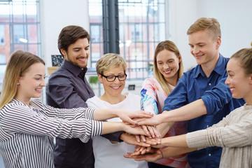 motiviertes team hält die hände zusammen