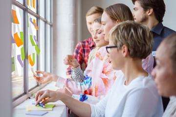 team erarbeitet ideen in einem workshop