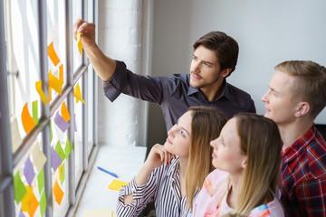 team entwickelt ideen und klebt zettel an ein fenster
