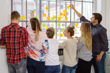 teilnehmer an einem seminar schreiben ideen auf zettel