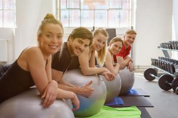 gruppe trainiert im fitness-studio