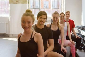 frauen und männer in einem pilates-kurs im fitness-studio