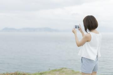 景色を撮影する女性