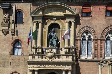 BOLOGNA, ITALIA - LUGLIO 22, 2017: Piazza Maggiore, dettaglio architettonico  del Palazzo d'Accursio o Comunale  che è attualmente sede del municipio - Emilia Romagna