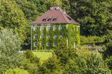 Sommerresidenz von König Ludwig II. Schloss Berg am Starnberger See - gesehen vom Wasser aus