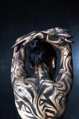 Портрет разрисованной женщины. Вид со спины.