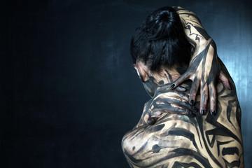 Замазанная черной краской женщина со спины.