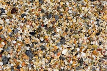 bunte Steine im klaren Wasser