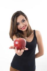 Linda mulher segurando uma maçã