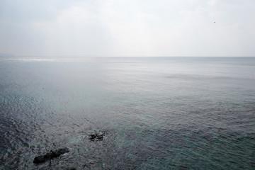 曇った空と海