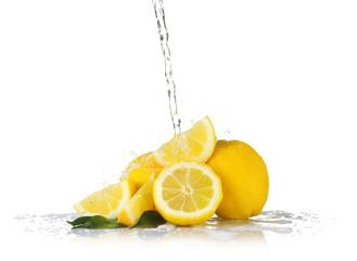 Photo sur Aluminium Eclaboussures d eau Fresh lemons with jet of water on white background