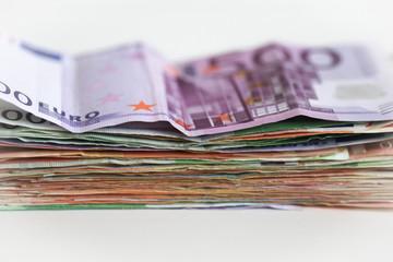 Geldscheine 500 Euro und 100 Euro im Stapel