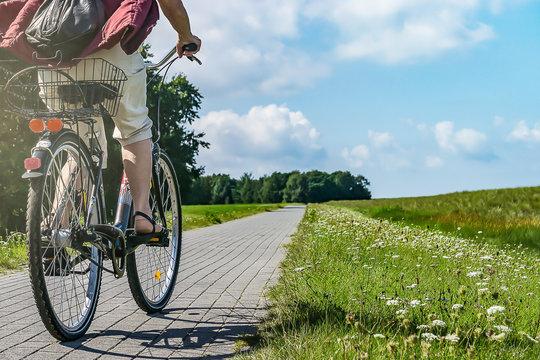 Radfahrer auf gepflastertem Wanderweg