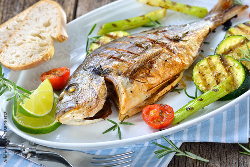 Mediterranen Küche mediterrane küche gegrillte rosmarin dorade royal mit grillgemüse