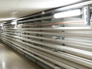 Versorgungsleitungen und Aggregate in einem Krankenhauskeller