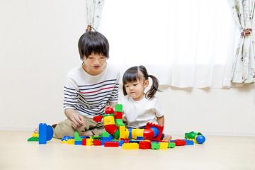 お父さんと玩具で遊ぶ幼い女の子