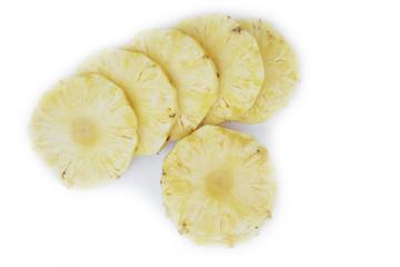 Ananas tagliato a fette isolato su sfondo bianco