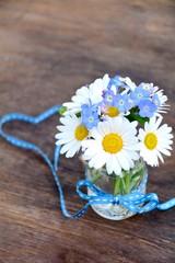 Fototapete - Blumenstrauß - Gänseblümchen und Vergissmeinnicht
