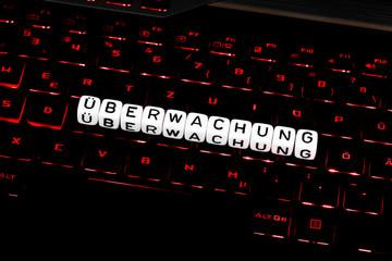 Überwachung Buchstabensymbol auf Tastatur