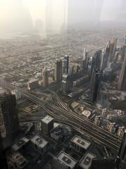 Вид вниз с небоскребы на инфраструктуру города  Дубаи