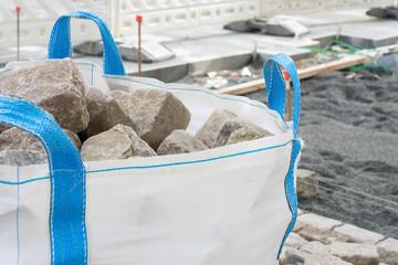 Pflastersteine im Big Bag auf der Baustelle