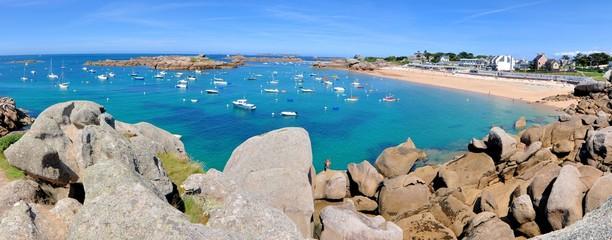 La baie et plage de Coz-Pors à Trégastel en Bretagne
