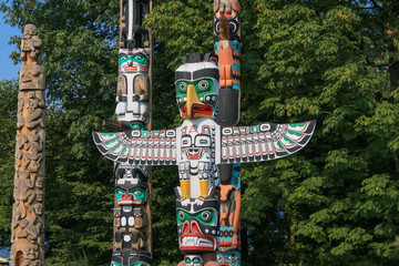 The Totem Poles at Brockton Point in Stanley Park are one of the major tourist attractions in Vancouver, British Columbia, Canada Fotomurales
