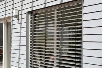 Fenster mit Jalousie