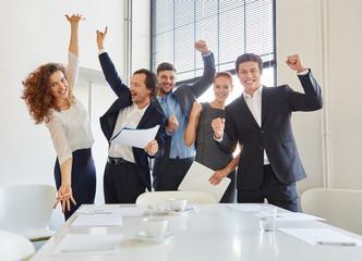 Begeisterte Geschäftsleute jubeln