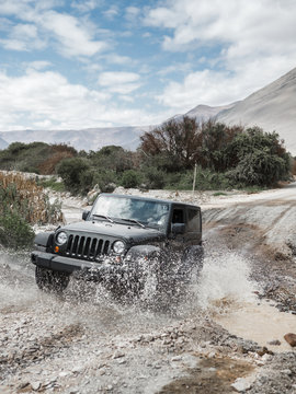 vehículo todoterreno cruzando un arroyo en el desierto de Atacama.