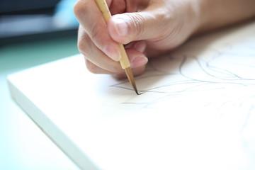 筆で絵を描く