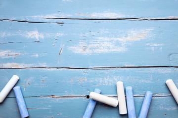 Blaue und weiße Malkreide auf Holz, Konzept Vorschule und Kita
