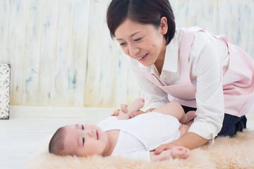 赤ちゃんをあやす女性