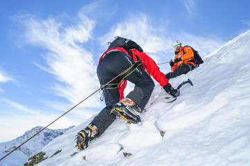 Aluminium Prints Mountaineering Seilschaft im steilen verschneiten Gelände
