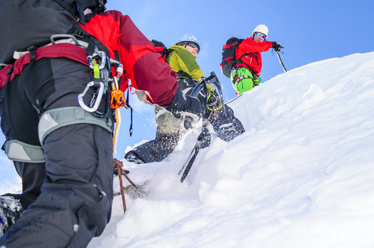 steiler Aufstieg im Schnee mit Alpin-Ausrüstung