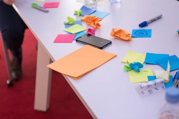 Post-it et téléphone posés sur bureau de travail