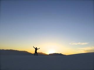 砂漠と夕日と旅
