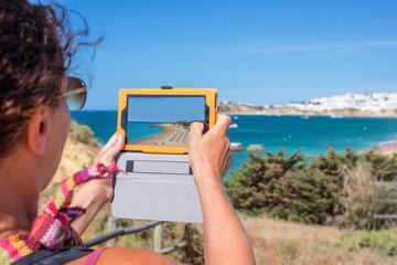 femme prenant des photots et vidéos