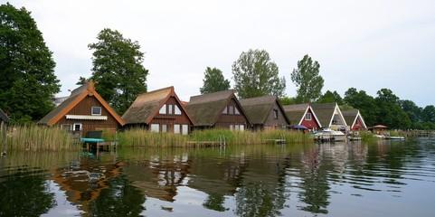 Bootshäuser im Ort Granzow im Müritz Nationalpark