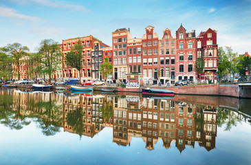 Photo sur Toile Amsterdam Canal houses of Amsterdam at dusk with vibrant reflections, Netherlands