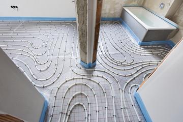 Hausbau mit Innenausbau der Fußbodenheizung und Sanitär