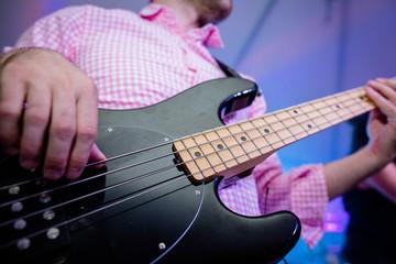 Uomo bassista che suona un basso elettrico